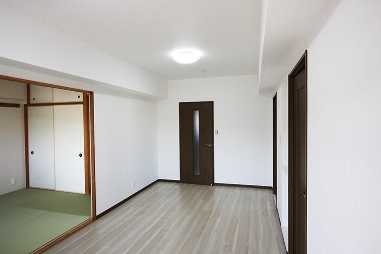 陽当りの良いLDK。続きの和室も明るい雰囲気で過ごせます。